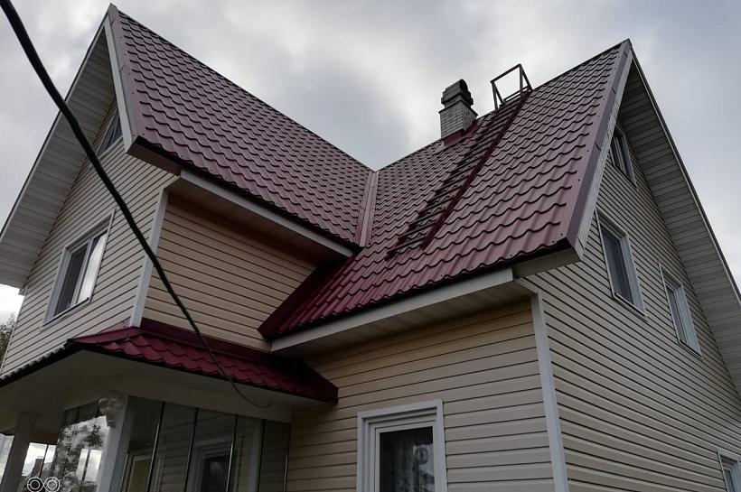 Сайдинг дома с бордовой крышей фото